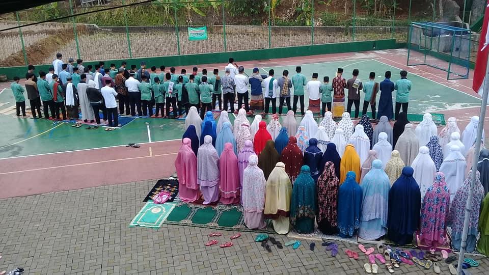 Para Pengurus PI MDF dan Para Santri Melaksanakan  Sholat Istisqo