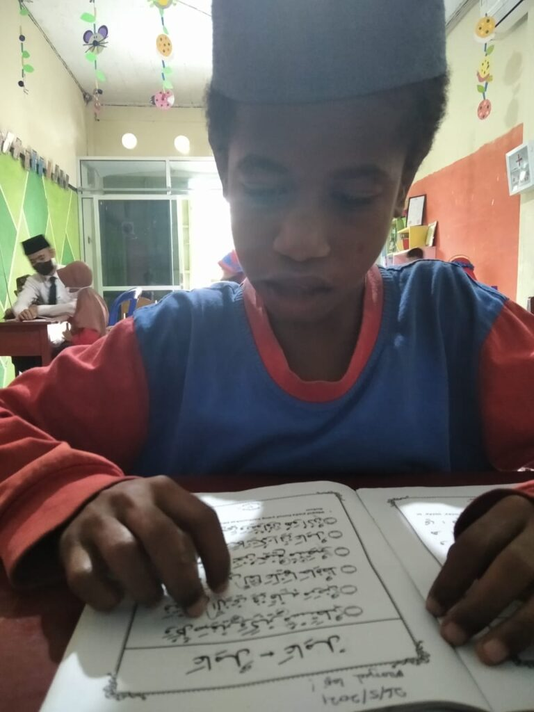 Papuan children read Iqro book